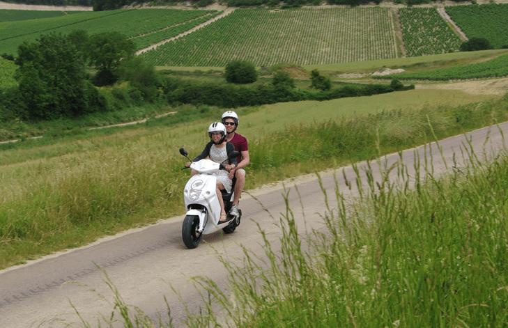 wijntoer in regio Chablis op een Govecs