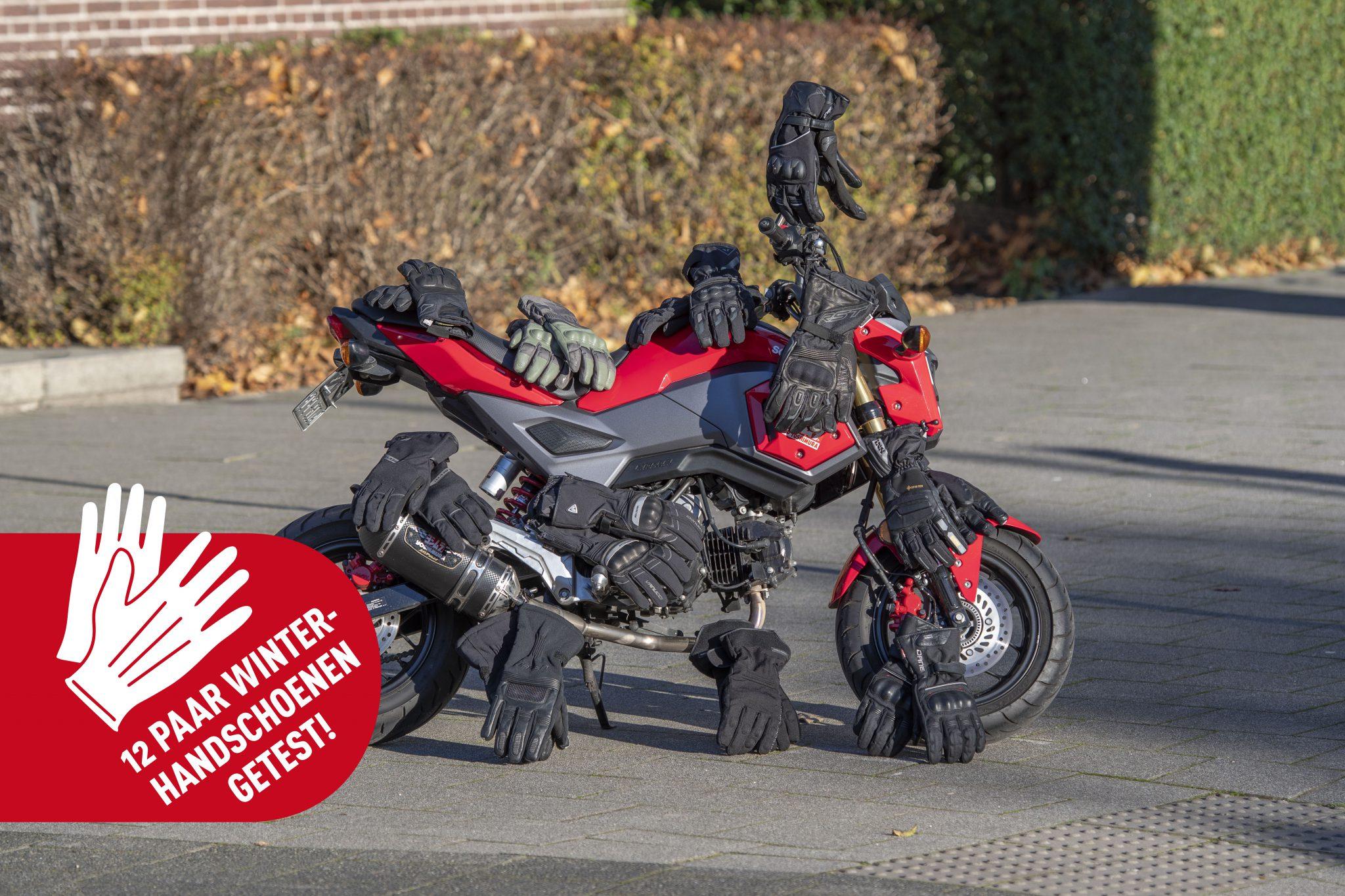 motor met handschoenen erop gefotografeerd