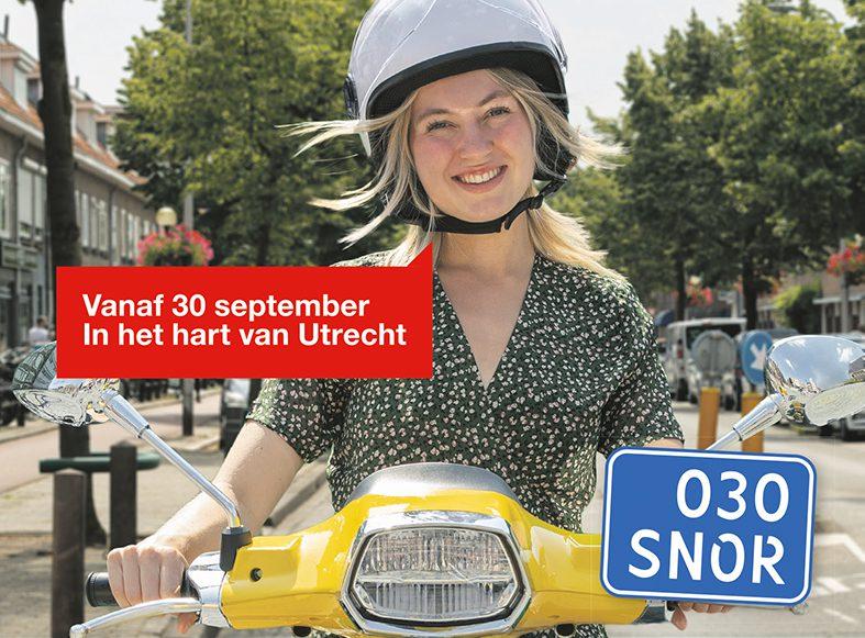 Snorfietsers op de rijbaan met een helm op in Utrecht